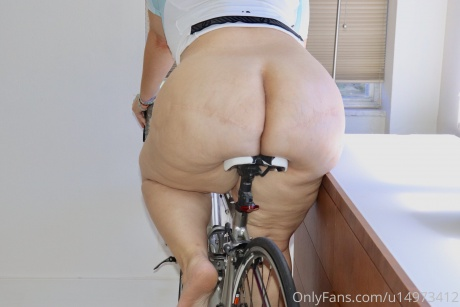 Big Hips and a Jiggly Cellulite Ass