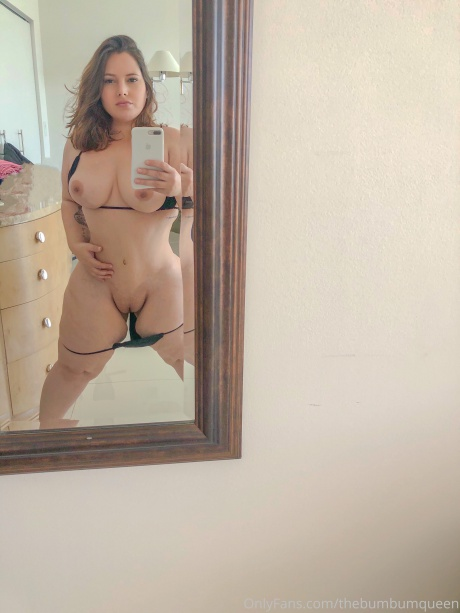 Big Tits White Girl with Wide Hips and a Shaved Pussy