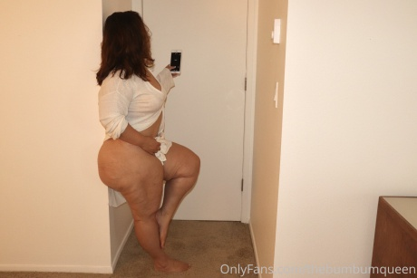 Naked PAWG with a Small Waist and a Fat Bubble Butt
