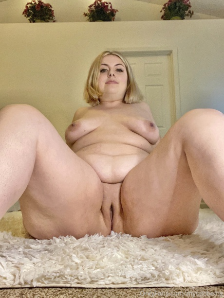 Thick Thighs and a Chubby Shaved Pussy